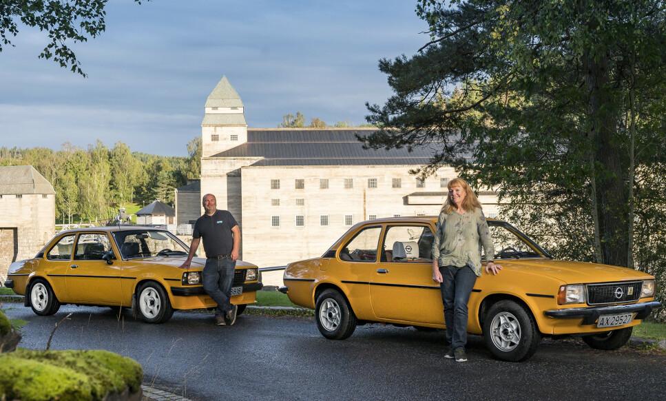 ULIKE TVILLINGER: Roy (til venstre) og Elisabeth har hver sin gule Ope Ascona B. De er tilsynelatende like, men faktisk nokså forskjellige. Foto: Jamieson Pothecary