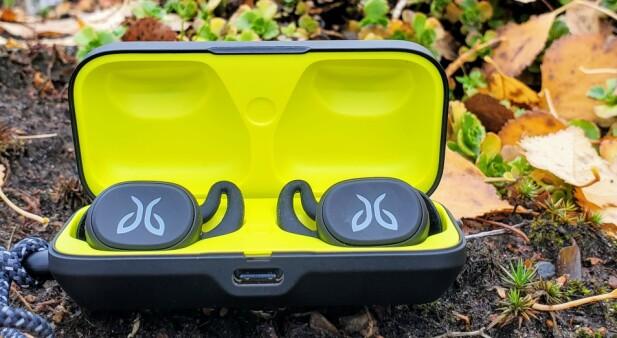 6 + 10: Jaybird Vista har seks timers batteritid, der etuiet kan supplere med 10 timer ekstra. Etter fem minutter i etuiet, kan du høre musikk i en time. Foto: Pål Joakim Pollen