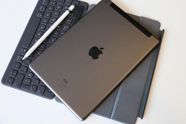 AVRUNDEDE KANTER: Apple fortsetter med sitt gode, gamle iPad-design. Det er bare Pro-modellen som har de rette kantene på baksiden. Foto: Kirsti Østvang