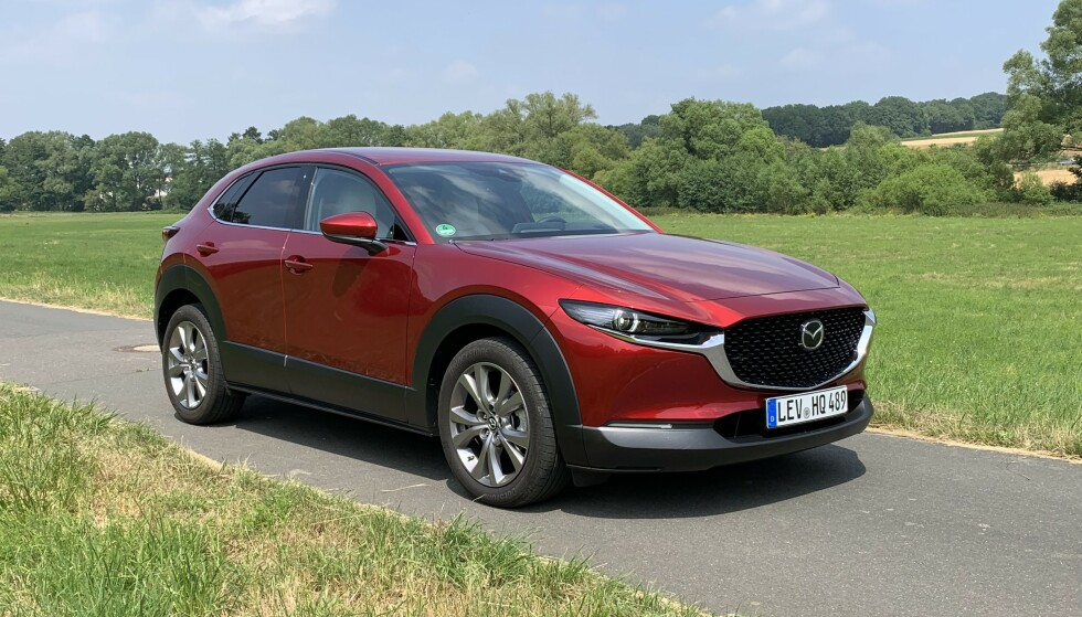 MOT STRØMMEN: Det er ikke ladbart alt som glimrer: Mazda har fått en «fossil» suksess i form av sin nye SUV, CX-30. I november er det den mest registrerte av alle biler som hverken er elbiler eller hybrider. Foto: Knut Moberg
