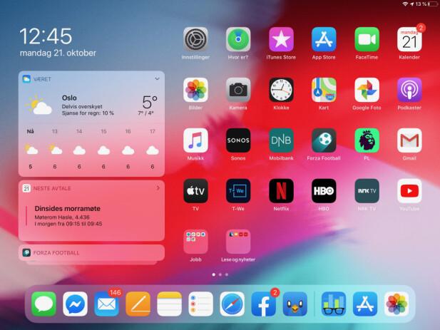 BEDRE HJEMSKJERM: Endelig kan vi plassere widgets rett på iPad-hjemskjermen. Flere app-ikoner får man også. Skjermbilde: Kirsti Østvang