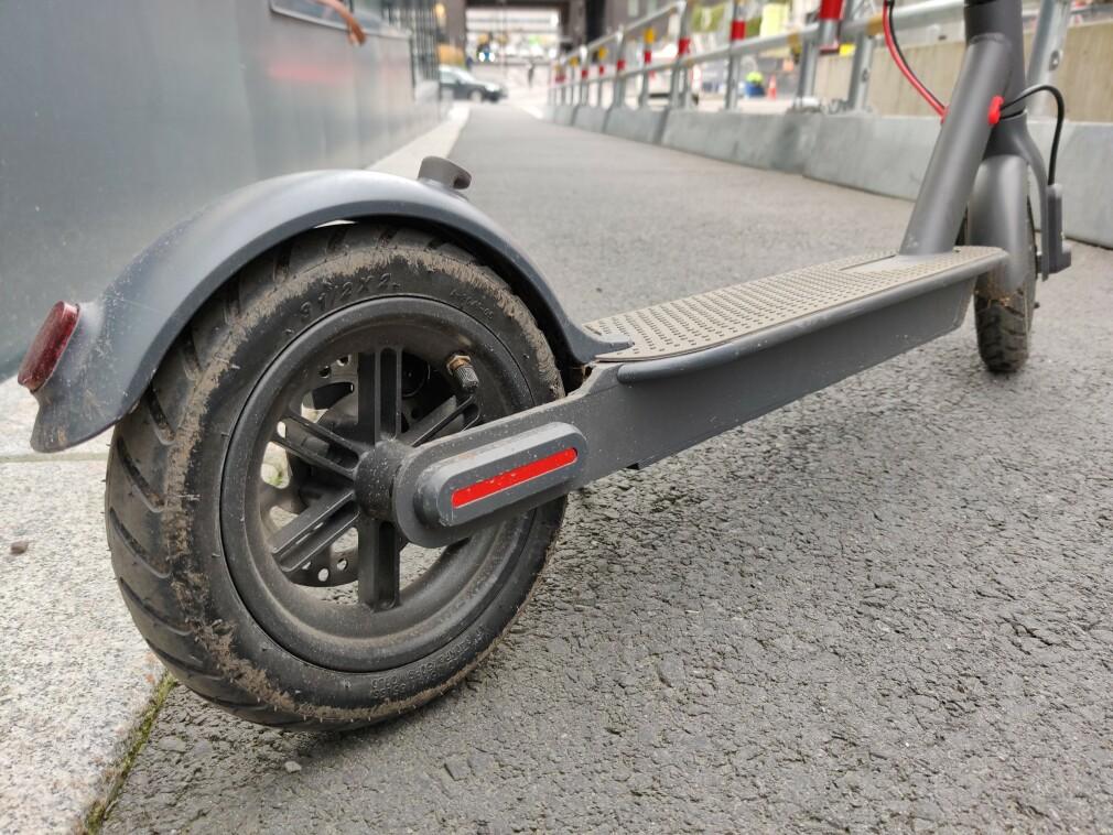 E-WHEELS E2S V2: For under 5000 kroner kan du få en elektrisk sparkesykkel med nok til å dra deg oppover de brattere bakkene. Foto: Martin Kynningsrud Størbu