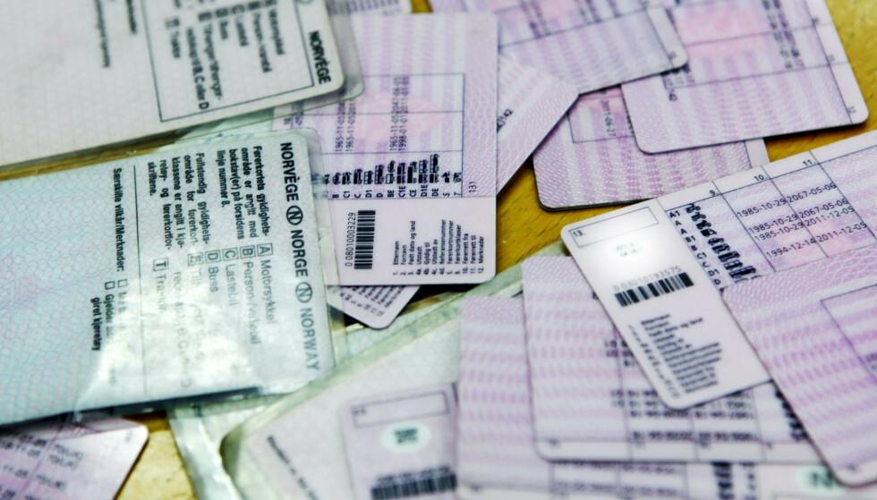 NOEN MÅ UT: De gamle, store og grønne førerkortene må byttes ut innen årsskiftet. Andre førerkort har litt lenger tidsfrist. Foto: NTB Scanpix