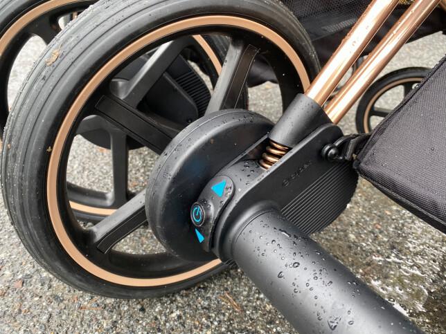 TRYKK HER: For å aktivere elmotoren, vipper du opp denne knappen med foten din. Foto: Kirsti Østvang
