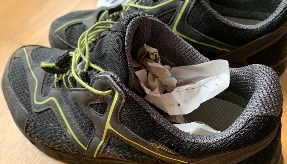 SKOTØRK: Sammenkrøllet avispapir trekker til seg fuktighet fra våte sko. Foto: Berit B. Njarga