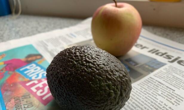 <strong>GUACAMOLE-KLAR:</strong> Avispapir og et eple eller en pære hjelper avokadoen å modne raskere. Foto: Berit B. Njarga