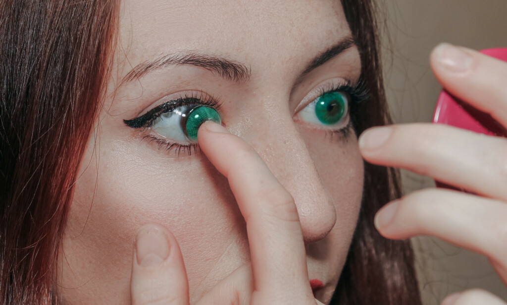 RENE FINGRE: Pass på å være ren på hendene når du tar linsene av og på, oppfordrer optiker. Foto: Shutterstock/NTB Scanpix.
