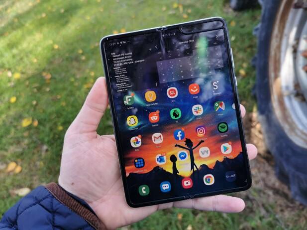 STOR: Med skjermareal på rundt 150 cm² byr Samsung Galaxy Fold på rundt 50% mer skjermplass enn de største toppmodellene. Foto: Pål Joakim Pollen