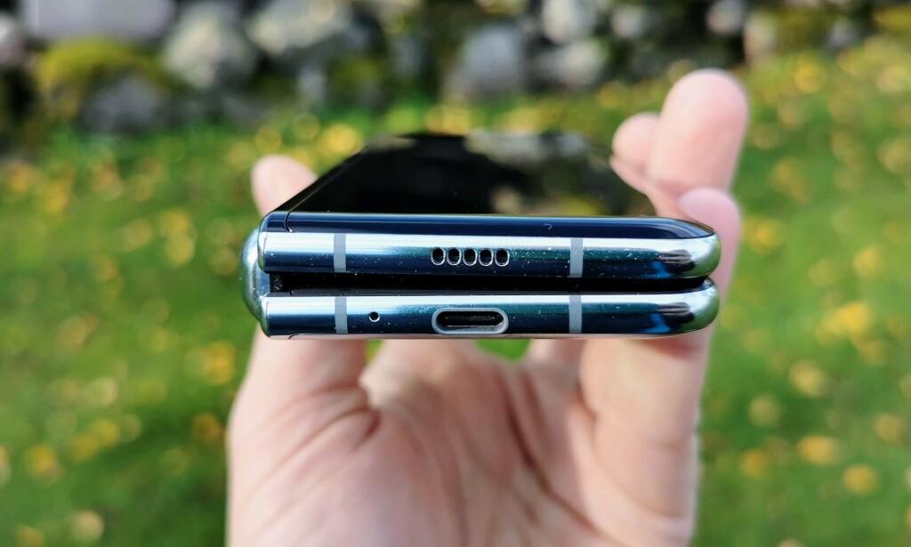 BRETT: Slik ser telefonen ut i lukket tilstand. Samsung hevder at hengslingen skal tåle å bli åpnet og lukket 200.000 ganger. Foto: Pål Joakim Pollen