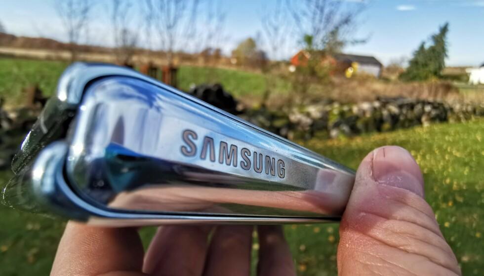 LOGO: Samsung-logoen er plassert utenpå hengslingen, og der har det også kommet rapporter om at bokstavene kan falle av etter hvert Foto: Pål Joakim Pollen