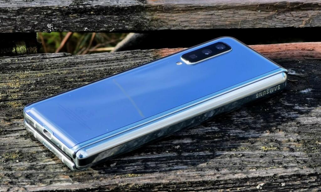 TRE BAK: Kameraoppsettet på baksiden er det samme som på Samsungs S10-modeller, og det gjør at Galaxy Fold er svært kapabel å ta bilder med. Foto: Pål Joakim Pollen