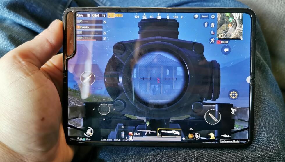 FULL SKJERM: Vi har testet en håndfull spill, og alle tilpasser seg den store skjermen på elegant vis. Her PUBG Mobile, som plasserer rankingen helt inntil kamerafeltet i hjørnet. Foto: Pål Joakim Pollen
