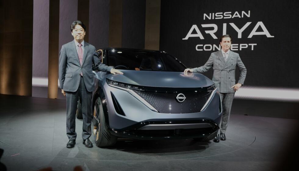 AVDUKET I TOKYO: Her vises el-SUV-en Ariya frem av Kunio Nakaguro, som er Nissans direktør for forskning og utvikling globalt, og designsjef, også for Nissan globalt, Alfonso Albaisa. Foto: Rune Korsvoll