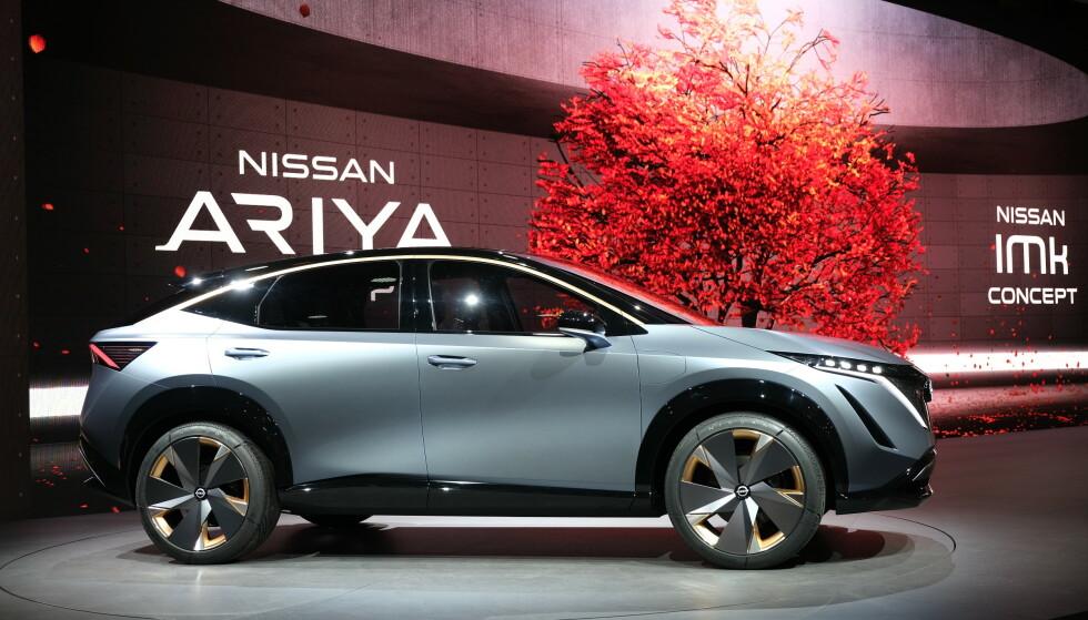NYE TAKTER: Nissan Ariya er temmelig ulik Leaf i formgivningen - ikke bare fordi den er designet som en SUV. Vi finner den ganske så velproporsjonert. 21-tommersfelgene på bildet blir nok ikke standard. Foto: Rune Korsvoll