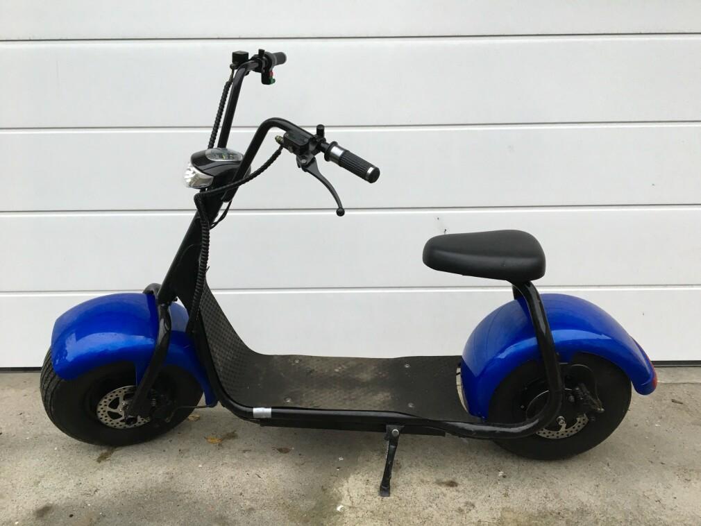ULOVLIG: Det er ulovlig med elsparkesykel med sete, og føreren av denne ble stoppet av UP i Sarpsborg i dag. Føreren er anmeldt. Foto: Politiet Øst
