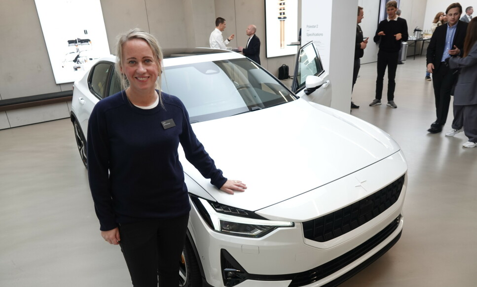 I NORGE: Produktsjef Beatrice Simonsson viste stolt frem Polestar 2 i Norge i fjor høst. Når produksjonen nå er kommet i gang igjen øker sjansene for å få biler til avtalt tid. Foto: Fred Magne Skillebæk.