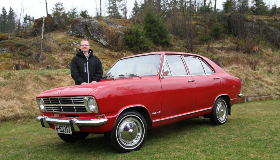 REDDET: Fredrik Lund er en stolt eier av en Opel Kadett B som han fant på en låve. Heldigvis fikk han kjøpt bilen, for året etter brant låven ned! Foto: Lord Arnstein Landsem