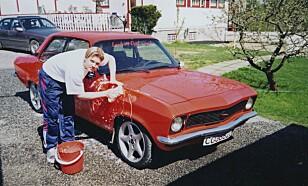 På vaskebildet er Fredrik 20 år gammel og vasker sin Ascona A med 16 lag oransje lakk, og 8 lag klarlakk. - Jeg angrer som en hund på at jeg solgte den, sier Fredrik. Foto: Privat.