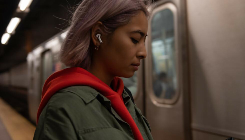 NY HIT: Apple har gjort stor suksess med sine trådløse AirPods-ørepropper. Nå har de lansert en ny modell med flere etterlengtede nyheter. Foto: Apple