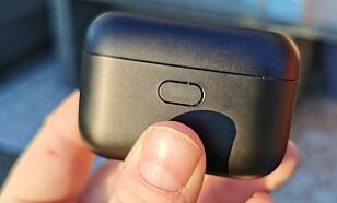 LUKKET: For å åpne etuiet må du trykke inn knappen på siden. Foto: Pål Joakim Pollen