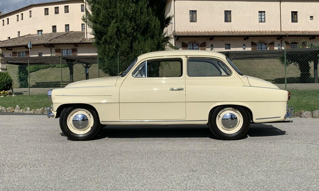 STORE FREMSKRITT: Vi kjørte også denne, her en 1960-modell Skoda Octavia. Det beste man kan si er: Sjarmerende ... Støyende, ukomfortabel og trang, grusomme kjøreegenskaper, voldsomt forurensende - men med nesten akseptabel kjørekomfort - 60 år merkes i bilverdenen. Foto: Knut Moberg