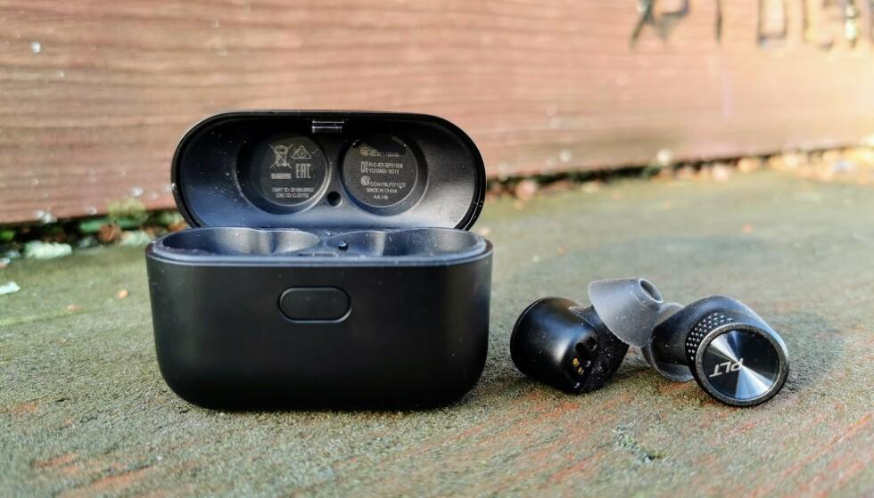 HELT TRÅDLØSE: Plantronics BackBeat Pro 5100 kan skilte med 6,5 timers batteritid før de må lades i etuiet. Foto: Pål Joakim Pollen