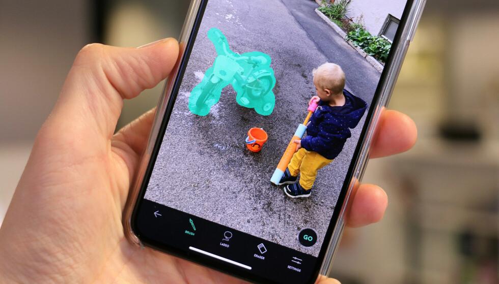 MOBILRETUSJERING: Med denne appen kan du fjerne ting du ikke ønsker å ha med på mobilbildene dine. Foto: Kirsti Østvang