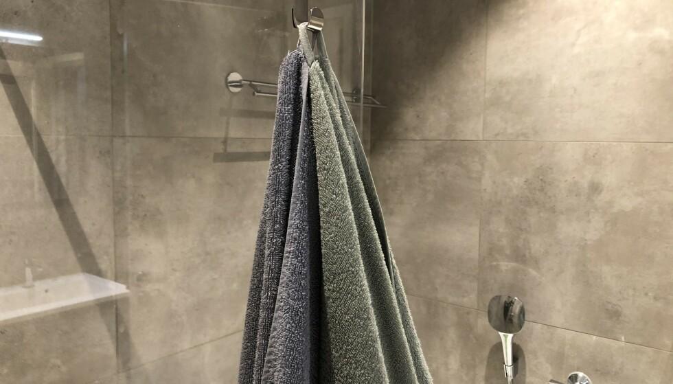 FEIL: Å la håndklærne henge oppå hverandre på samme knagg, er bare én av flere vanlige tabber mange av oss begår etter at vi har dusjet. Foto: Linn Merete Rognø.