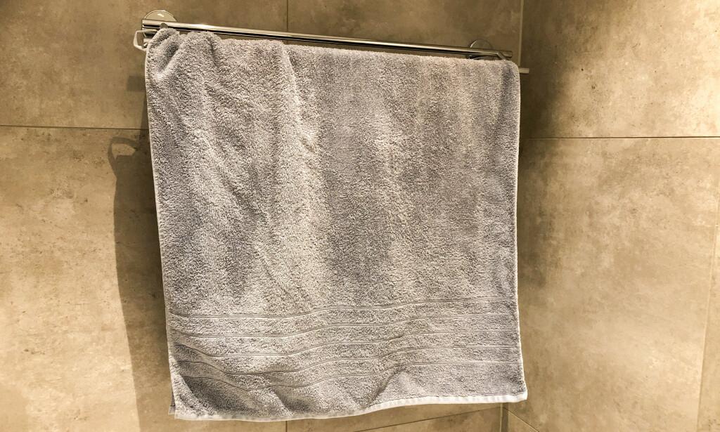 RIKTIG: Lar du håndkleet henge luftig alene på en tørkestang, vil dette redusere bakterieveksten i tekstilet. Foto: Linn Merete Rognø.