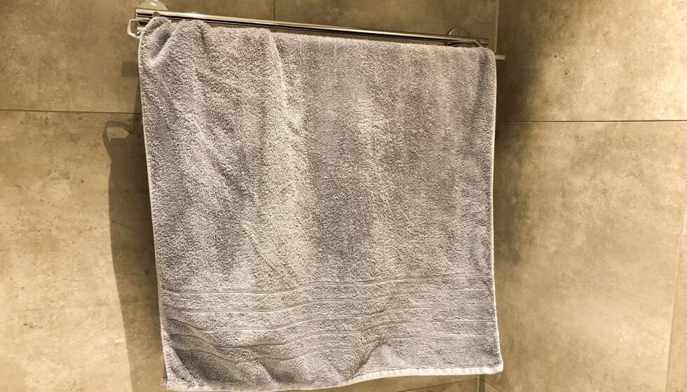 <strong>RIKTIG:</strong> Lar du håndkleet henge luftig alene på en tørkestang, vil dette redusere bakterieveksten i tekstilet. Foto: Linn Merete Rognø.