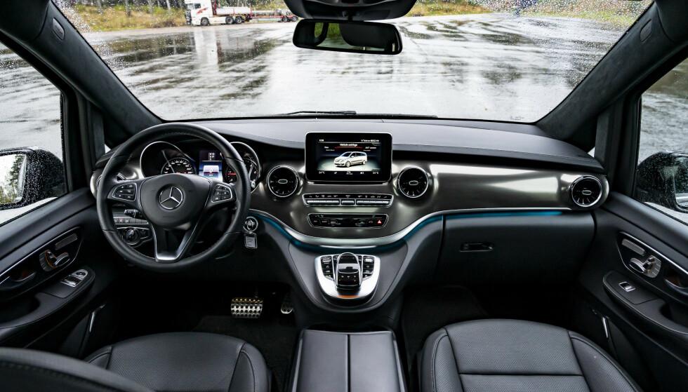 "<strong>SJEFSSTOLEN:</strong> Interiøret i V-Klassen er ikke det nyeste fra Mercedes, og har ikke det samme ""wow-faktor"". Men det er fortsatt lekkert, med nydelig materiale kvalitet, og er svært intuitivt i bruk. Foto: Jamieson Pothecary"