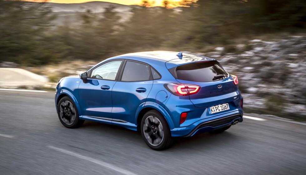PÅ VEIEN: Til tross for at den er en god del høyere, har målet til Ford vært å gi Puma de samme presise kjøreegenskapene som Fiesta. Et tiltak har vært å øke sporvidden. Foto: Rune Korsvoll