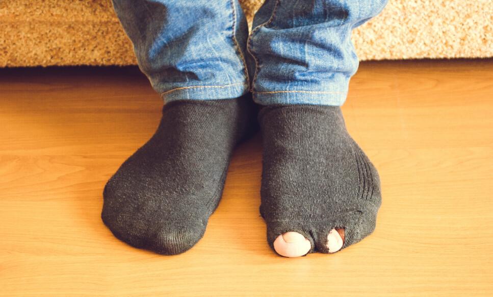 IRRITERENDE: For å unngå å få hull i sokkene, er det særlig én ting som kan hjelpe. Tekstilekspertene gir deg svaret i artikkelen under! Foto: NTB Scanpix.
