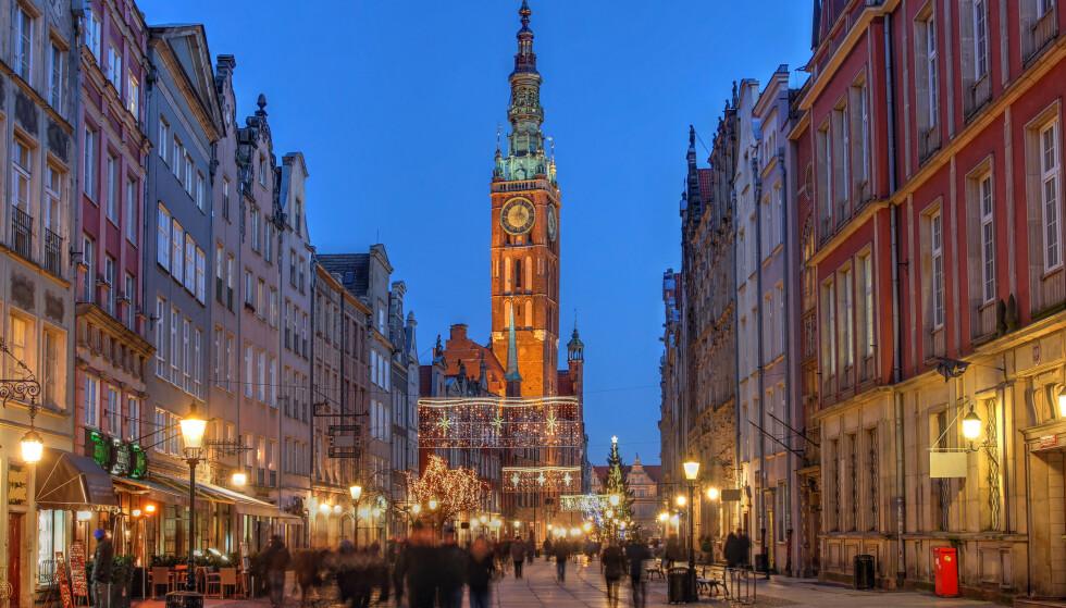 POLSK HELÅRSFAVORITT: Gdansk i Polen seiler opp som en av de mest populære reisedestinasjonene blant nordmenn hele året. Det er billig å fly hit, bo på hotell og spise ute. Men, lønner det seg å kjøpe årets julegaver her, for eksempel i butikkene på Dluga Street, som du ser på bildet? Foto: Shutterstock.
