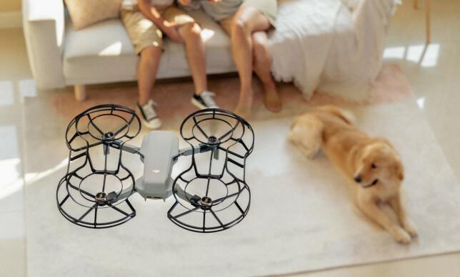 INNENDØRS: Mavic Air kan også brukes innendørs. Da anbefales det å ha på propellbeskyttere som følger med i fly more-pakka. Foto: DJI