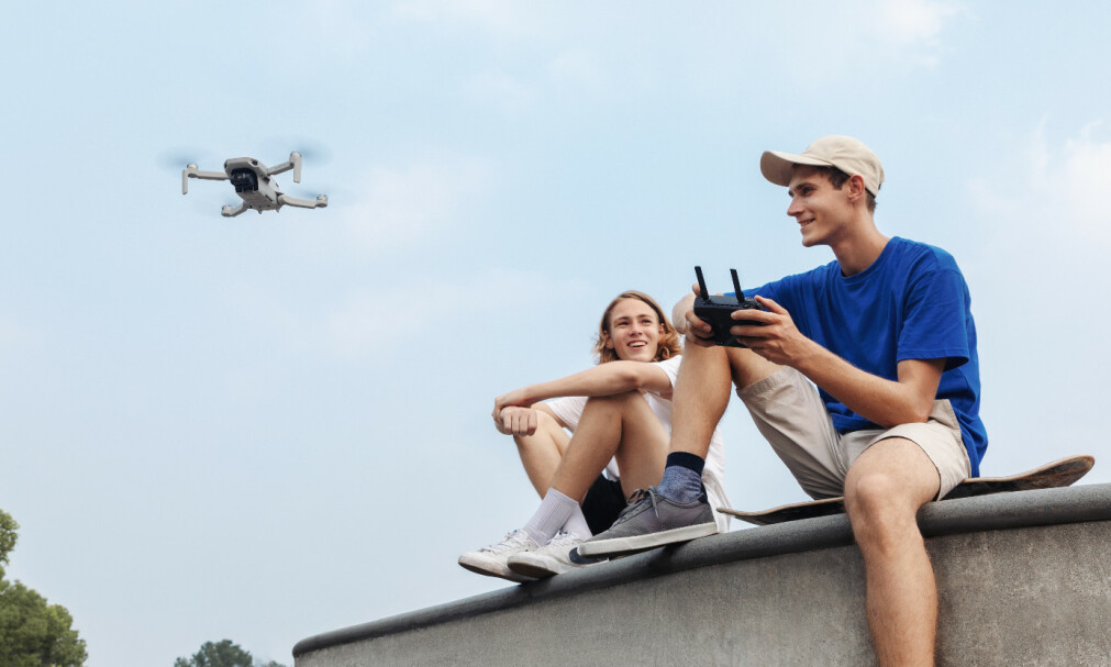 MINSTEMANN: Med vekt på bare 249 gram er Mavic Mini den minste DJI-drona til nå. Foto: DJI