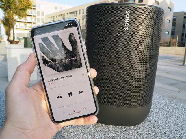 STABIL FORBINDELSE: Når vi spiller musikk fra mobilen over Bluetooth, opplever vi lite forsinkelse. Forbindelsen er også stabil selv når vi flytter oss litt vekk fra høyttaleren. Foto: Kirsti Østvang