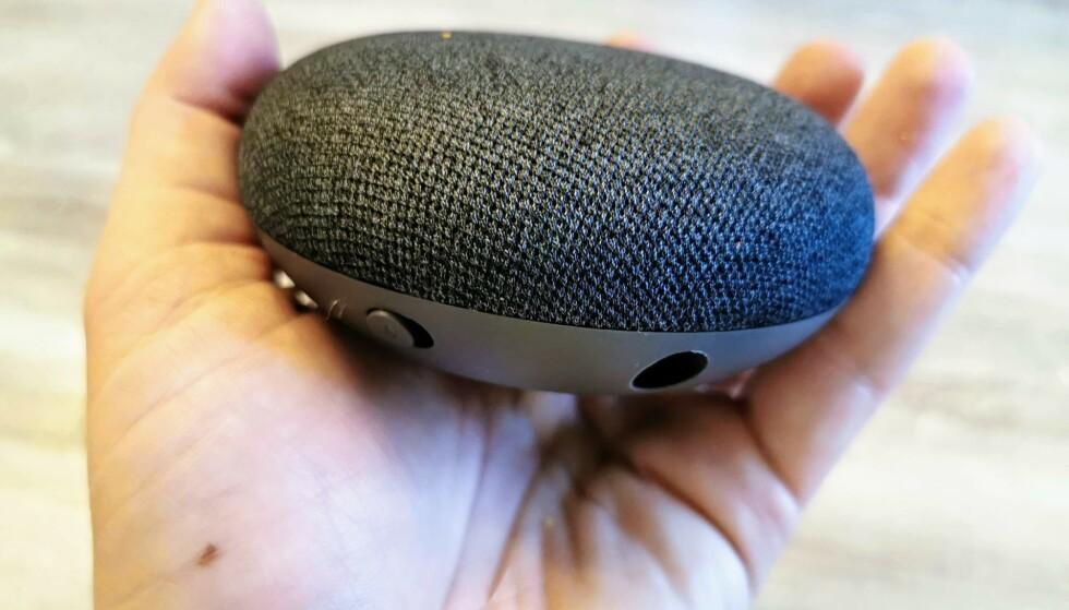 EN HÅNDFULL: Google Nest Mini har samme fysiske mål som sin forgjenger, men fortsatt ikke noe batteri innabords og må derfor være koblet til strøm. Foto: Pål Joakim Pollen