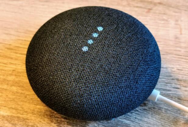 KLAR FOR KOMMANDO: Når du sier «OK, Google» lyser de fire lysene opp for å indikere at høyttaleren er klar for å motta neste kommando. Foto: Pål Joakim Pollen