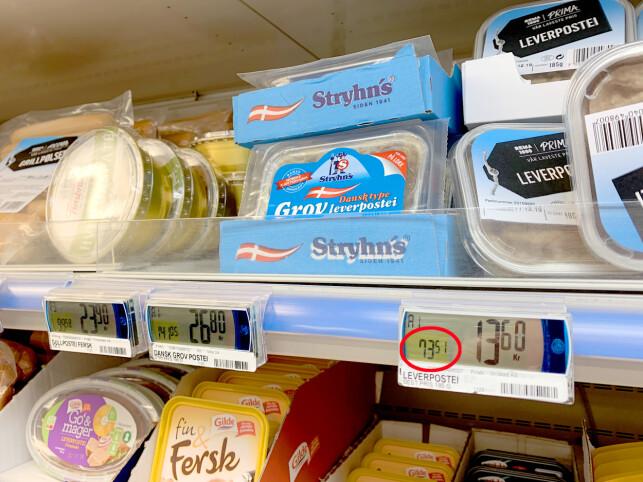 SAMMENLIKN PRISENE: Vil du finne ut hvilken vare som er billigst, så sjekk sammenlikningsprisen på butikklappen. Foto: Kristin Sørdal