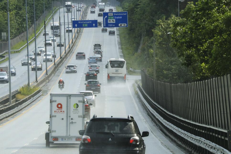 MER BILTRAFIKK: Folk i Norge kommer å kjøre mer bil i 2050, ikke mindre, ifølge transportforskere. Særlig er det lengre turer som ventes å få en økning. Foto: NTB scanpix