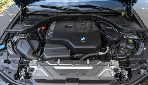 <strong>DOWNSIZED:</strong> Yepp, fortsatt rekkefire med twin-scroll turbo. Motoren er turtallsvillig og sprek, men vi savner veldig rekkesekser lyden. Den får du fortsatt fra diesel-utgaven. Foto: Jamieson Pothecary
