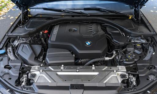 DOWNSIZED: Yepp, fortsatt rekkefire med twin-scroll turbo. Motoren er turtallsvillig og sprek, men vi savner veldig rekkesekser lyden. Den får du fortsatt fra diesel-utgaven. Foto: Jamieson Pothecary