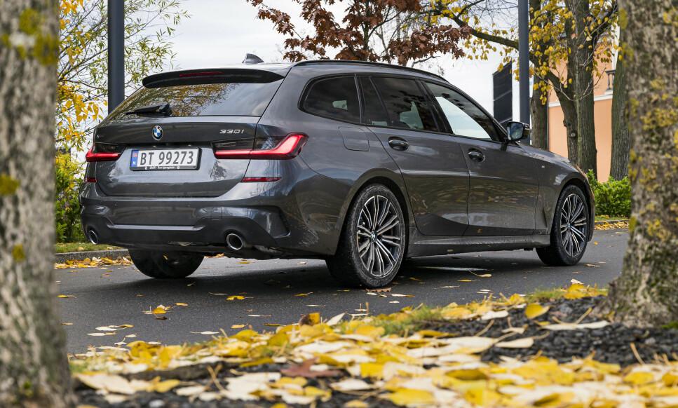<strong>KLASSISK:</strong> Av alle BMW-modellene, har 3-Serien gjennom tidene alltid hatt det mest stabilt velykkede designet. Litt av sjarmen med 330i og 330d Touring er at designet er relativt nedtonet i forhold til hvor rask den egentlig er. Foto: Jamieson Pothecary