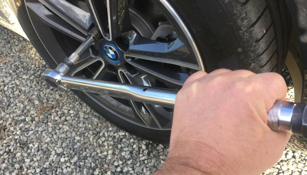 FARLIG FORGLEMMELSE: Det kan få fatale konsekvenser om du glemmer å etterstramme etter hjulskift. Hvert år er det mange som opplever at hjulet løsner. Skjer det i høy fart, kan det både være veldig farlig og bli veldig dyrt. Det er du som er ansvarlig for at bilen din er i forskriftsmessig stand. Foto: Rune Korsvoll
