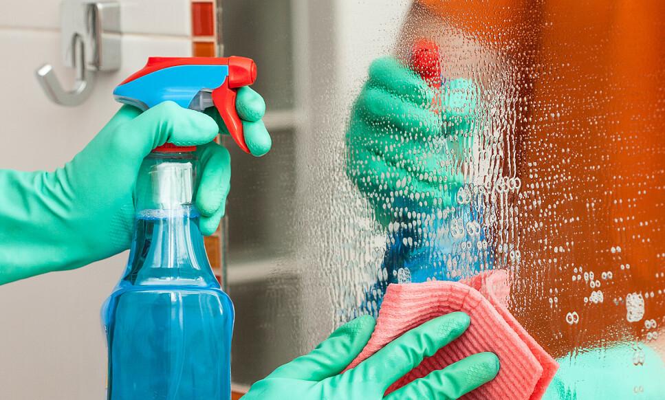 RISIKABELT: Rengjøringssprayer inneholder mer løsemidler enn vanlige rengjøringsmidler til samme bruksområde, opplyser forskerne. Foto: NTB Scanpix.