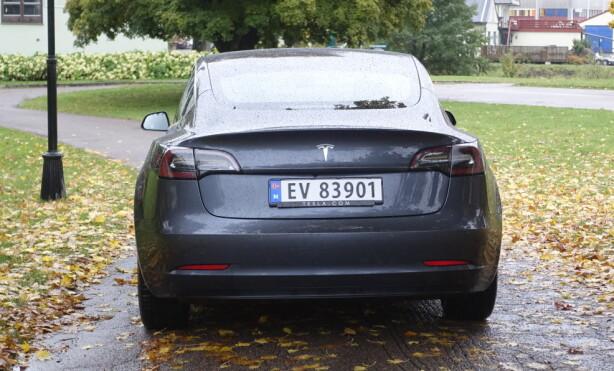 GRUNN-UTGAVE: Tesla Model 3 Standard Range Plus mangler noe av balansen til firehjulstrekkutgaven. Foto: Rune M. Nesheim