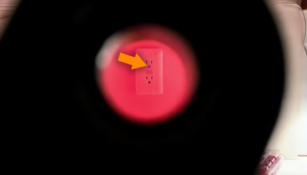 LYSER TILBAKE: Scout lar deg lete etter skjulte kameraer. Her sitter det ett i stikkontakten. Foto: Spyguy/YouTube