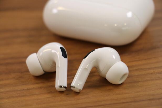TRYKKSENSOR: Det flate området på øreproppen er den nye trykksensoren på AirPods Pro. Foto: Kirsti Østvang