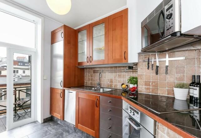 FØR OPPGARDERING: Dette kjøkkenet ble frisket opp før boligen ble lagt ut for salg. Foto: Inviso.
